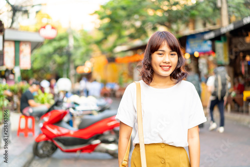 Foto  Happy and Beautiful Asian woman traveling at Khao Sarn Road, Thailand