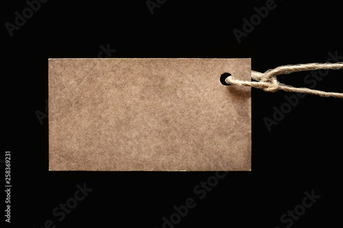 Fotografía  Blank label on a black background, tag attached to the product rope, shows the p