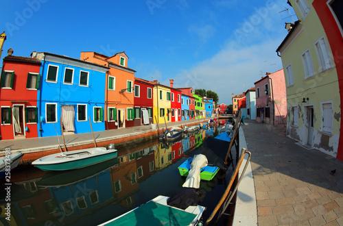 Kolorowe domy i łodzie na wyspie Burano w pobliżu Wenecji