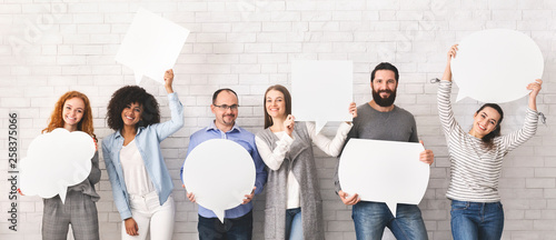 Photo Group of millennial people holding empty speech bubbles