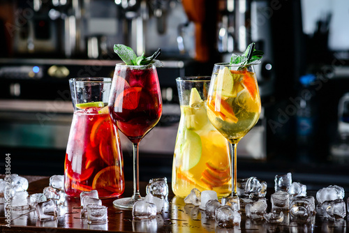 Valokuva sangria with red and white wine Summer alcohol drink and ingredients