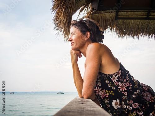 Fotografia  Portrait of a female tourist at the sea in Thailand