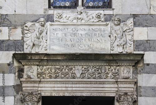 Fotografie, Obraz  angioletti con stemmi sopra un'architrave decorata; portale di una delle antiche