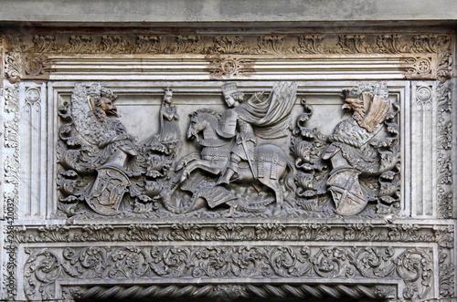 Valokuva San Giorgio e il drago; altorilievo in marmo, portale di una delle antiche case