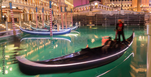 Fototapeta las vegas river gondolas at night obraz