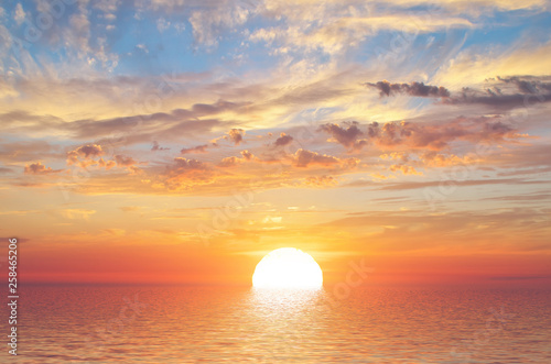 Foto op Plexiglas Zee zonsondergang Summer sky background on sunset