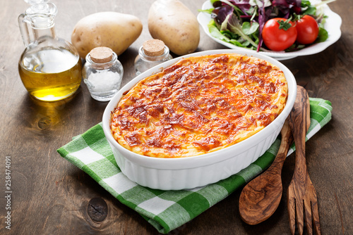Foto Potato casserole with meat on  wooden table.