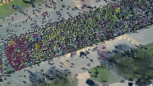 Aerial view from drone on crowd of people who is starting their run on marathon event Canvas-taulu