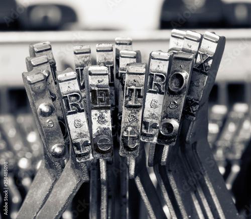 słowo RETRO ze starymi kluczami pisarskimi monochromatycznymi