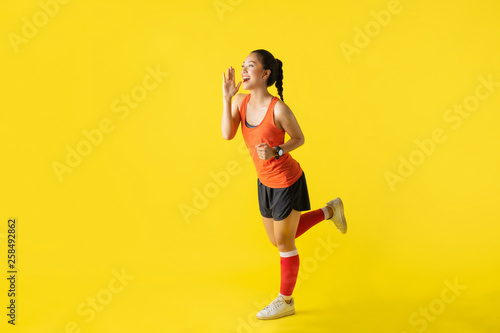 Fotografía  Runner asian woman announcer news on yellow background about race