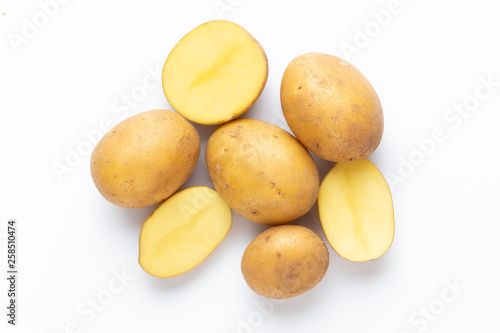 Fotografía Potatoes isolated on white background. Flat lay. Top view.