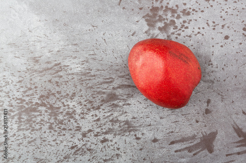 Photo Single red anjou pear on a gray mottled background