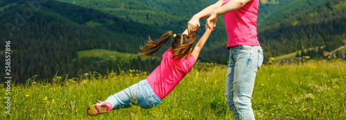 Photo  Mother and daughter playing circling around in the mountains on beautiful