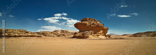 Photo Nature and rocks of Wadi Rum or Valley of the Moon, Sphinx rock, desert, Jordan