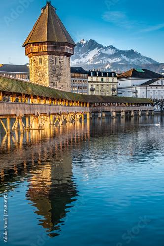 Photo The Chapel bridge with Mount Pilatus in the background, Lucerne (Luzern), Central Switzerland
