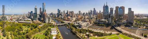 Fototapeta premium Panoramiczny widok na piękne miasto Melbourne uchwycone znad rzeki Yarra w letni dzień