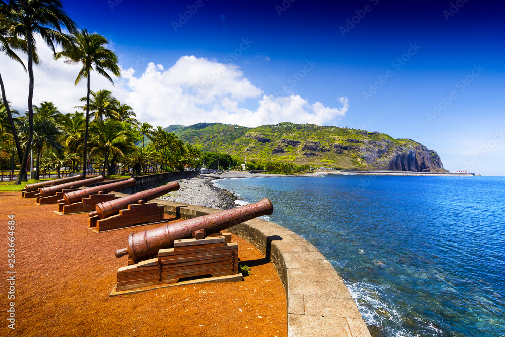 Fototapety, obrazy: Historic gun at Le Barachois place, Saint Denis, Reunion Island
