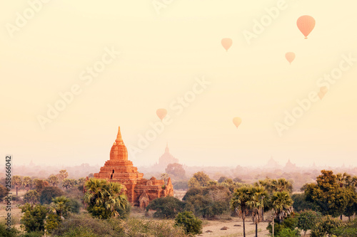 Photo  Hot air balloon over morning mist around temple in Bagan, Myanmar