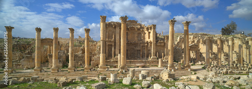 Photo Ancient Jerash, ruins and colonnade of the Greco-Roman city of Gera at Jordan
