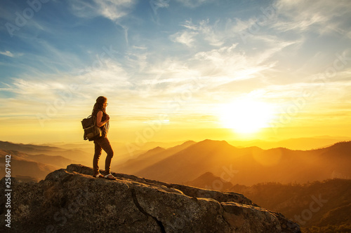 Fotografía  Hiker meets the sunset on the Moro rock in Sequoia national park, California, USA