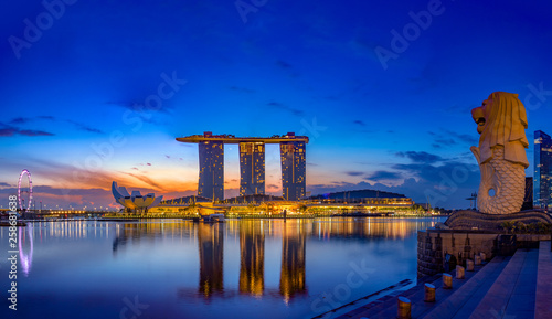 Marina Bay Sands at night the largest hotel in Asia. Wallpaper Mural
