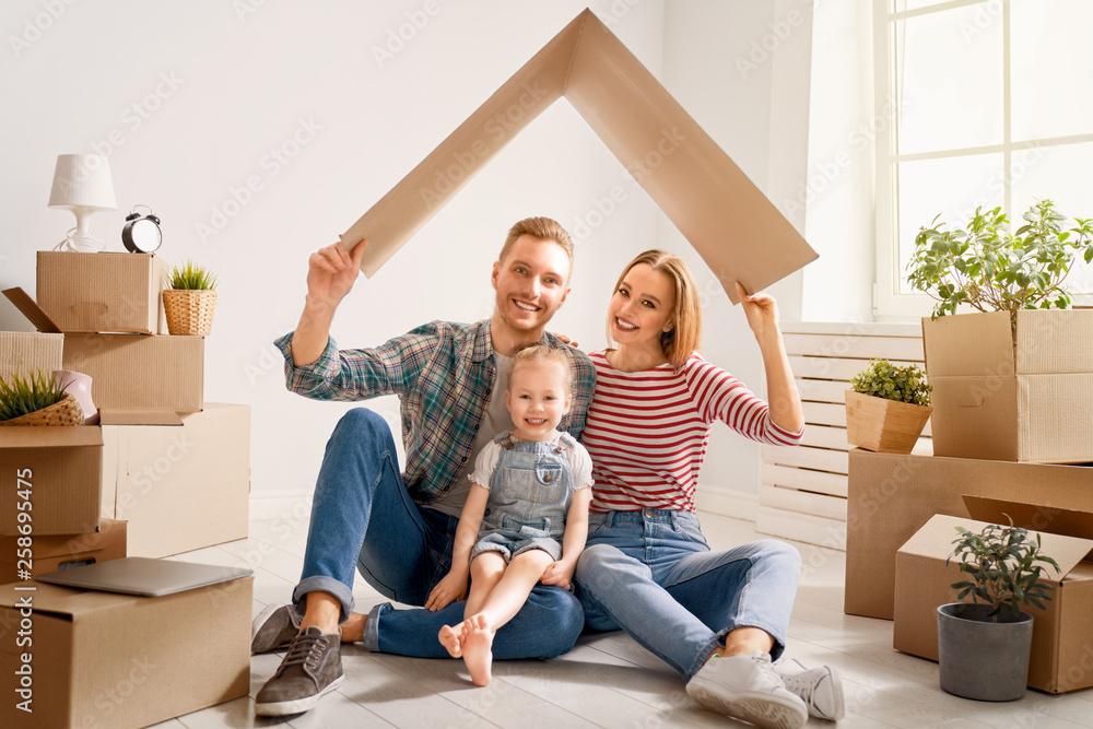 Fototapety, obrazy: family in new house