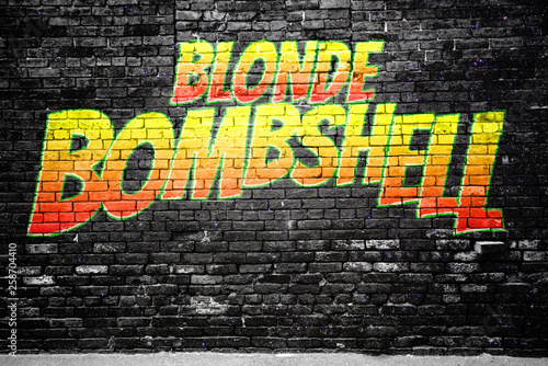 Blonde Bombshell Comic Ziegelsteinmauer Graffiti Canvas Print