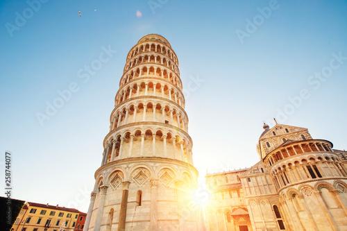 Pisa krzywej wieży i bazyliki katedry o wschodzie słońca, Włochy. Koncepcja podróży