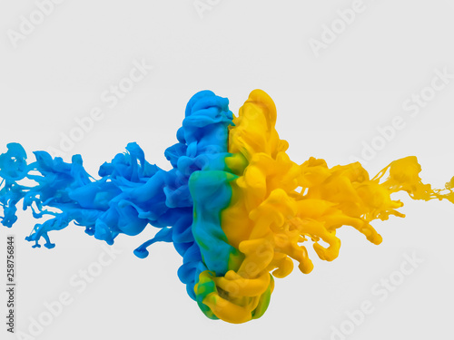 Foto  絵の具 互角の衝突 青対黄②
