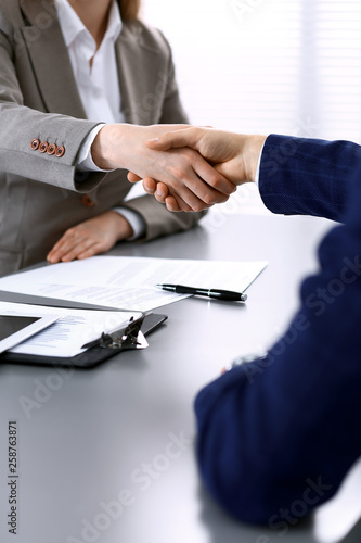 Fotografía  Business people shaking hands, finishing up a meeting