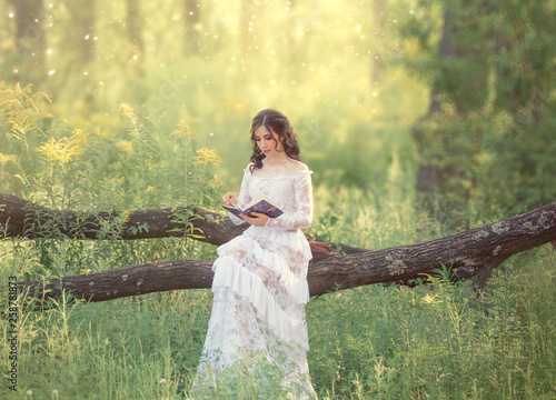 Fotografía  charming sweet girl with dark hair and bare shoulders in a gorgeous vintage whit