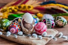 Wielkanoc. Kolorowe Wielkanocne Jajka I Palma Wielkanocna