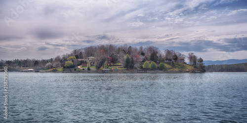 """Fotografía  """"On the Lake"""" picturesque artistic photo of houses on the lake from a boat on th"""