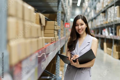 Pinturas sobre lienzo  Smart smiling Asian woman working in store warehouse