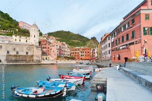 Fotobehang Liguria Idyllic landscape of resort village Vernazza, Cinque Terre, Italy