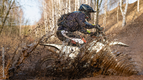 Photo Motocross rider in the mud