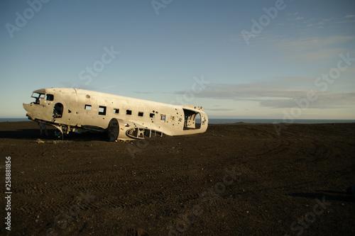 Cuadros en Lienzo Wreckage of crashed airplane in 1973 Douglas R4D Dakota DC-3 C 117 of the US Nav