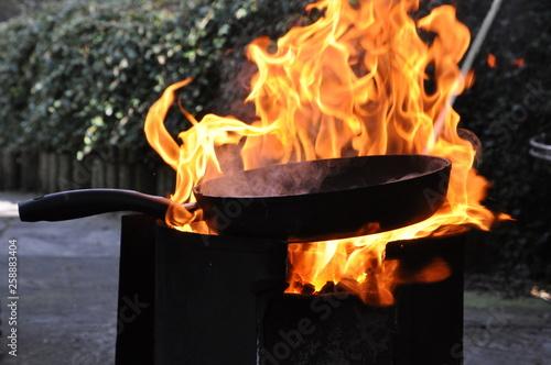 Valokuvatapetti Pfanne auf offenem Feuer Kochstelle beim Camping