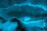 Żywy teksturowanej akwarela niebieski neon na głębokim tle ciemnego papieru. Aquarelle malowane błyskawica nocne niebo i burza grzmot, dym tekstura ilustracja. Płótno atramentowe do nowoczesnego kreatywnego projektowania - 258894047