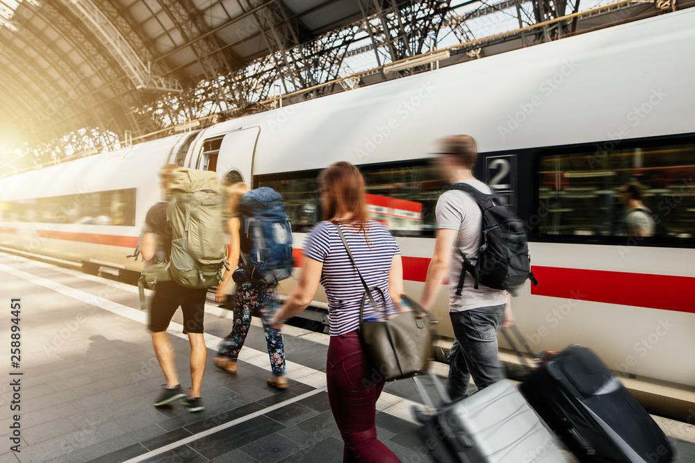 Fototapety, obrazy: Menschen auf den Weg in den Urlaub sind auf  Reise mit Gepäck am Bahnhof