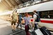 Menschen auf den Weg in den Urlaub sind auf  Reise mit Gepäck am Bahnhof