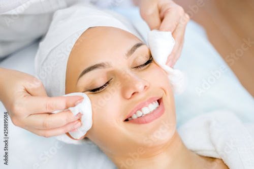 Fotografía  Cosmetologist hands cleanse the skin