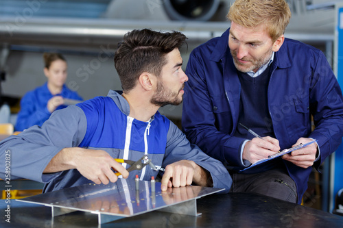 Photo apprentice aerospace engineer asking tutor a question