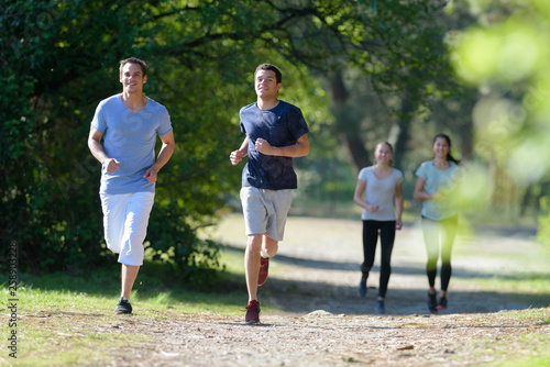 Foto group of people jogging in the park