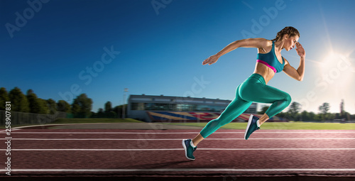Photo  young woman running on the road