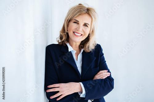 Fotografía  Portrait einer attraktiven Frau in stilvollem Outfit
