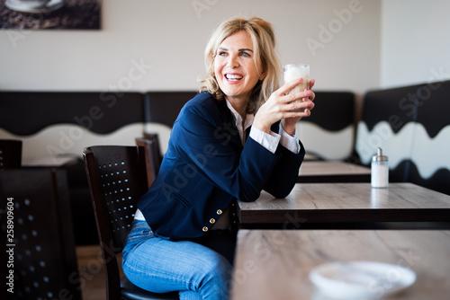 Photo Attraktive Frau im Kaffee
