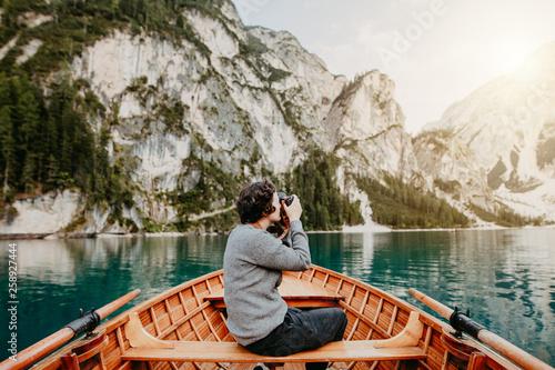 Photo  Mensch fotografiert die Berge an einem schönen See