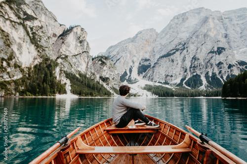 Fotografie, Obraz  Mensch genießt den einsamen schönen See mit Ausblick auf die Berge