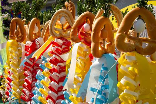 Sommertagsstecken mit bunten Schleifen, Hefebrezeln und Eier beim  Sommertagszug Stock Photo | Adobe Stock